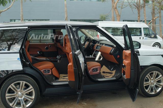 Bên trong xe là nội thất màu nâu da bò kết hợp cùng một số chi tiết được ốp gỗ.