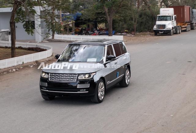 Range Rover SVAutobiography đượcbộ phận Special Vehicle Operations (SVO) của Jaguar Land Rover thiết kế. Trong đó, khách hàng có thể lựa chọn ngoại thất 2 tông màu. Phần thân trên có màu đen Santorini và dưới được sơn 9 màu khác biệt theo lựa chọn của khách hàng. Điều này cũng áp dụng cho cả nội thất.