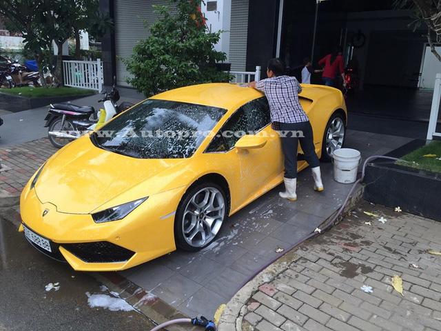 Trước khi về tay Cường Đô-la, Lamborghini Huracan màu vàng trở nên nổi tiếng so với 9 chiếc còn lại như chiếc biển số lộc phát hay bốn số 8 xếp liền nhau và từng thuộc sở hữu của một đại gia địa ốc Sài Gòn, người được biết đến với bộ sưu tập siêu xe và xe siêu sang biển tứ quý nổi tiếng nhất Việt Nam.
