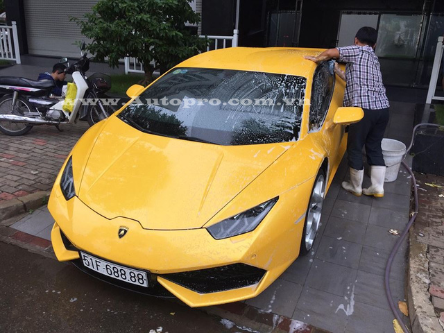 Lamborghini Huracan được trang bị động cơ V10, dung tích 5,2 lít, sản sinh công suất 610 mã lực tại 8.250 vòng/phút, mô-men xoắn cực đại 560Nm tại 6.500 vòng/phút. Huracan có thể tăng tốc từ 0-100 km/h trong 3,2 giây, vận tốc tối đa 325 km/h.