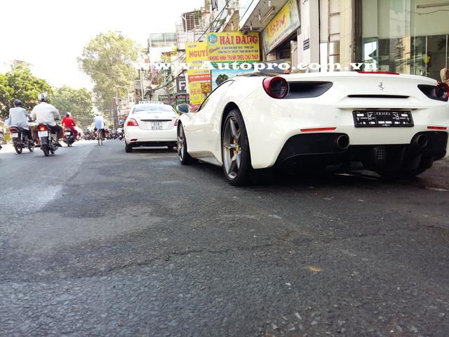 Siêu xe Ferrari 488 GTB mà doanh nhân Quốc Cường tậu nằm trong lô hàng 3 chiếc 488 GTB đồng loạt được thông quan vào cuối tháng 2/2016 và siêu ngựa này từng rất nổi tiếng với bộ áo lai bò sữa.