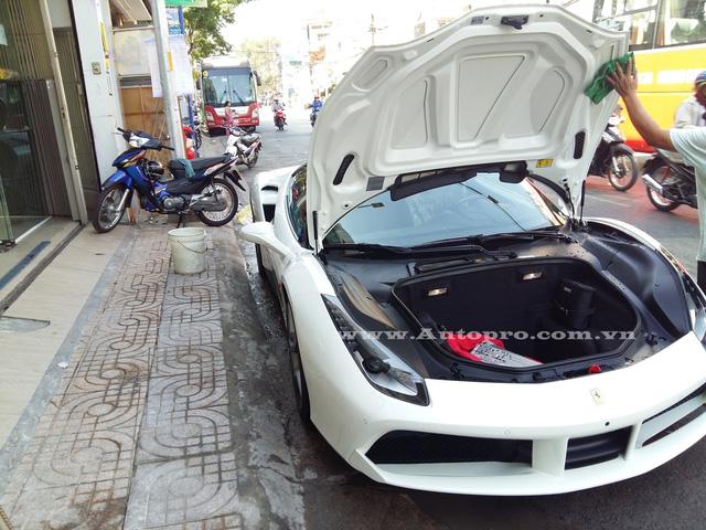 Mức giá sau thuế cho siêu xe 488 GTB tại thị trường Việt Nam vào khoảng 15 đến 16 tỷ Đồng.