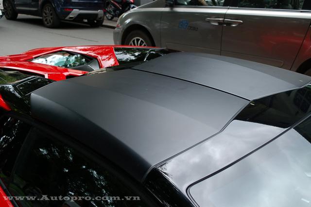 Ngoài ra, nóc xe với kiểu mui xếp 2 tầng bằng chất liệu carbon có thể dễ dàng tháo lắp bằng tay.