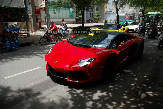 Người cầm lái Lamborghini Aventador mui trần là một ông chủ chuyên kinh doanh siêu xe và xe siêu sang tại Hà Nội.
