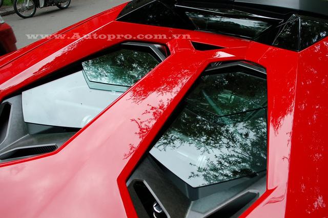 Tương tự phiên bản coupe, Aventador LP700-4 Roadster sử dụng động cơ V12, dung tích 6,5 lít, sản sinh công suất tối đa 700 mã lực và mô-men xoắn cực đại 690 Nm. Sức mạnh được truyền tới cả bốn bánh thông qua hộp số tự động 7 cấp ISR.