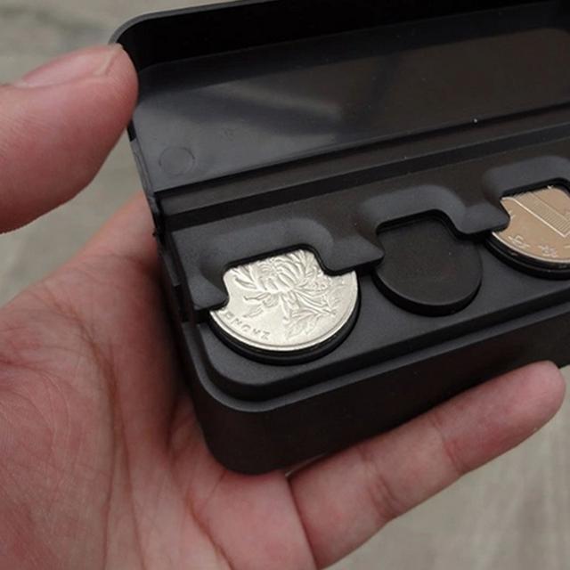 Nếu ở nước ngoài mà sử dụng nhiều tiền xu (ví dụ Thái Lan), hộp giữ tiền xu phân theo loại là dụng cụ hữu ích. Phía dưới mỗi cọc tiền là một lò xo để đẩy cọc tiền lên phía trên.
