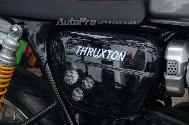 Ốp sườn với chữ R được khắc cách điệu trong màu đỏ như nhấn mạnh đây là phiên bản xe đua của Thruxton 1200.