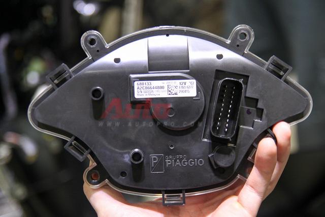 Tương tự phần đèn, đồng hồ của Vespa Sprint cũng là dạng mô-đun, kết nối với hệ thống thông qua một giắc cắm duy nhất. Mẫu xe ga của Vespa sử dụng công-tơ-mét điện tử, cũng được đóng mộc Gruppo Piaggio và được nhập khẩu từ Malaysia.
