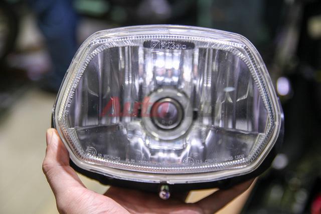 Đèn pha là cả một hộp liền khối. Trước đây Piaggio thường sử dụng nhà cung cấp Triom sản xuất đèn cho mình, tuy nhiên trên mẫu Vespa Sprint mới, bộ đèn pha được đóng dấu Gruppo Piaggio. Bóng đèn có công suất 35W, khác với những mẫu xe nhập khẩu, thường có đèn công suất 55W.