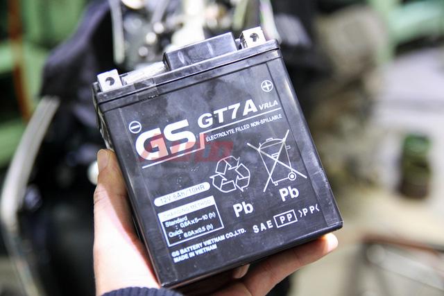 Ắc-quy (bình điện) nguyên bản do GS sản xuất với thông số 12V 6Ah.