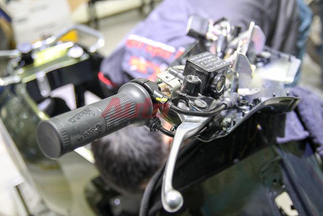 Chiếc Sprint sử dụng dây ga đôi, phanh đĩa phía trước và phanh đùm phía sau.
