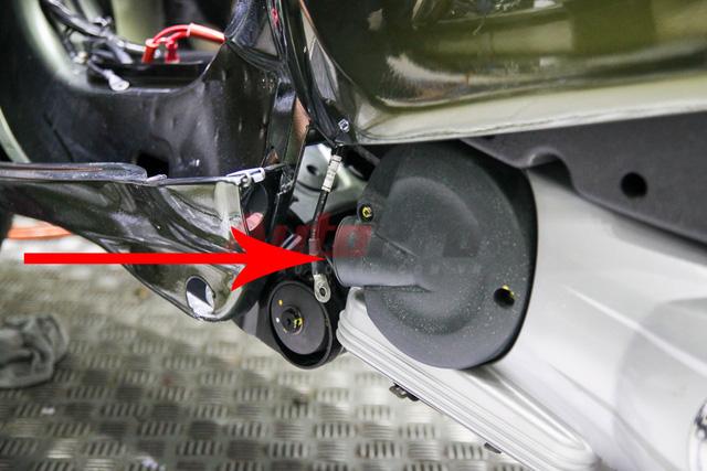 Đường thông gió bưởng côn nối với phần ốp dưới gầm xe. Đây cũng là điểm yếu khi xe di chuyển vào vùng nước ngập, dễ bị nước vào bộ côn (ly hợp) dẫn tới việc bị trượt côn, xe không di chuyển được.