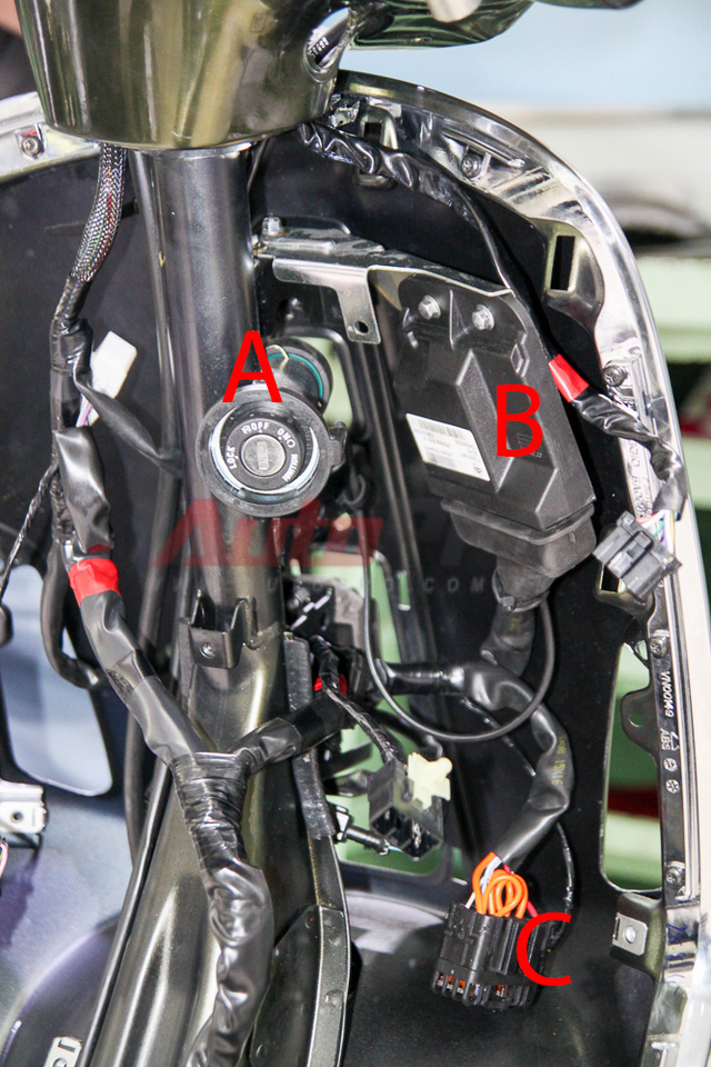 Phần lớn hệ thống điện nằm ở phần yếm xe. A: ổ khóa và ăng-ten khóa từ, B: ECU, C: hộp cầu chì (nằm ở hốc để đồ bên phải yếm).