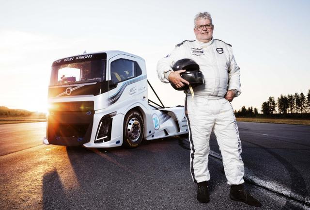 Ông Boije Ovebrink chụp cùng chiếc Volvo Iron Knight.