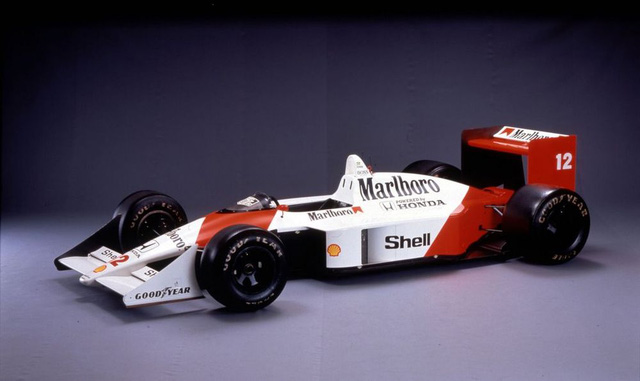 McLaren MP4/4 ra mắt từ năm 1988 và là một trong những mẫu xe đua thống trị đường đua F1 thời điểm đó. Xe khoác bộ áo trắng đỏ của nhà tài trợ Marlboro.