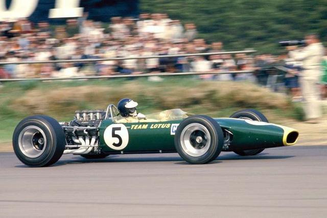So với các mẫu xe đua F1 hiện đại, Lotus 49 khá dài và mỏng. Tuy nhiên, ở thời điểm đó, thiết kế này giúp cho Lotus 49 trở thành một trong những xe đua nhanh nhất trên đường đua F1.