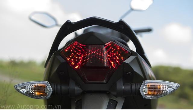 Đèn hậu thiết kế sắc cạnh, hai bên là đèn xi-nhan.