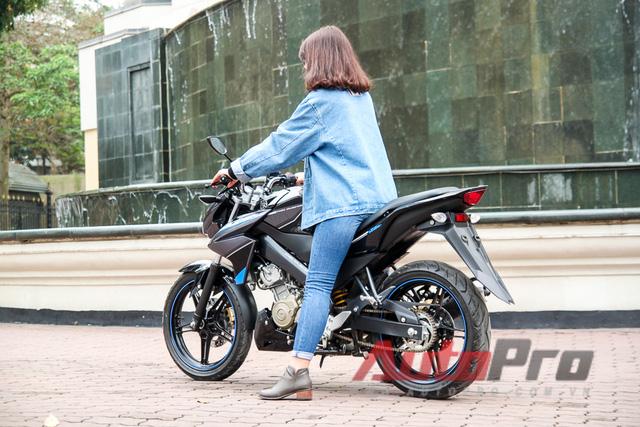 Yamaha FZ150i phù hợp với phần lớn người Việt Nam nhờ kích thước khá gọn gàng. Ngay cả với những người có chiều cao khoảng 1,6 m, điều khiển chiếc xe côn tay này cũng không phải là điều khó khăn.