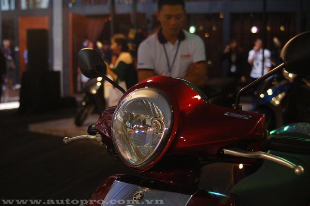 Đèn pha Janus có thiết kế lớn sử dụng hệ thống đèn pha halogen.