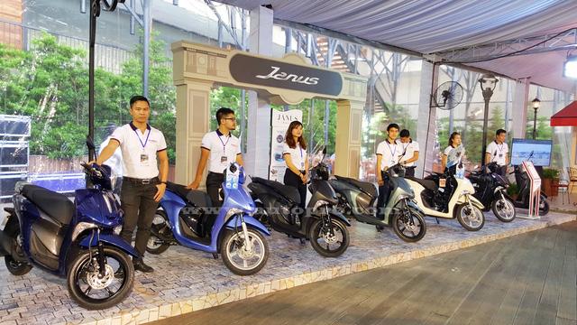 Yamaha Janus phân phối chính hãng tại Việt Nam có 3 phiên bản, gồm Standard, Deluxe và Premium với 9 màu sắc khác nhau. Bản cơ sở có 4 màu gồm đỏ, đen, xanh ngọc, trắng ngà. Bản Deluxe có 3 màu trắng sữa, xanh xám, nâu. Bản cao cấp nhất có 2 màu gồm đen nhám và xanh lam.