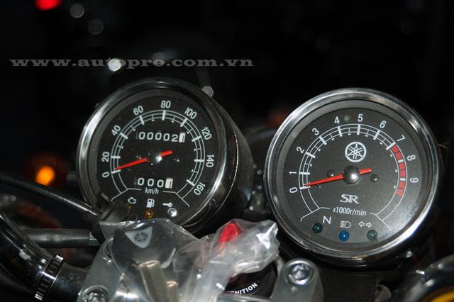 Cụm đồng hồ tua máy và tốc độ analog cũng có thiết kế dạng tròn cổ điển.
