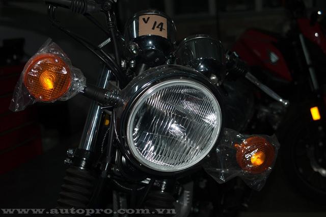 SR400 sở hữu đèn pha lớn đi kèm là 2 xi-nhan có thiết kế tròn cổ điển gợi nhớ đến các dòng xe thuộc thập niên 70.