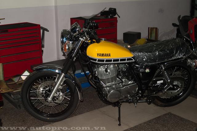 Nhân kỷ niệm sinh nhật lần thứ 60 trong làng mô tô, hãng Yamaha đã tung ra các phiên bản kỷ niệm đặc biệt mang tên gọi 60th Anniversary với dàn áo nổi bật trong 3 màu sắc vàng-đen và trắng. Tại thị trường Việt Nam, ngoài chiếc YZF-R1, và mẫu café racer độc đáo XSR900, thì chiếc SR400 là thành viên mới nhất trong bộ sưu tập bản đặc biệt.