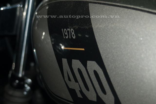 Bên cạnh đó còn có năm khai sinh ra mẫu SR400 ở bên hông.