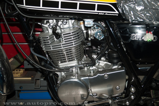 Yamaha SR400 được trang bị động cơ xi-lanh đơn, 4 kỳ, dung tích 399 phân khối, làm mát bằng không khí, phun xăng điện tử, sản sinh công suất tối đa 23 mã lực và mô-men xoắn cực đại 27,4 Nm. Kết hợp với côn ướt 5 cấp và hệ dẫn động dây xích.