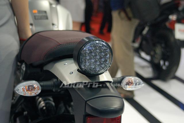 Điểm nhấn trong phong cách thiết kế của Yamaha XSR 900 là cụm đèn hậu đầy ma mị với 19 bóng đèn LED nhỏ được sắp đặt gọn gàng.