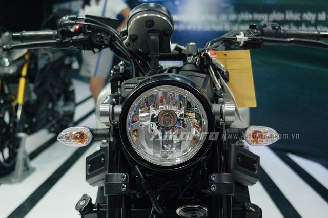 Nhìn thoáng qua, đèn pha và đồng hồ xe có thiết kế khá đơn giản với kiểu dáng tròn. Tuy nhiên, bên trong lại là sự kết hợp tỉ mỉ của các công nghệ hiện đại.
