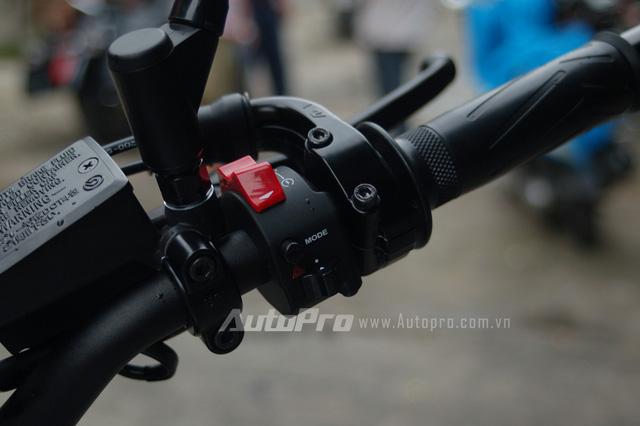 Các trang bị an toàn trên Yamaha XSR900 bao gồm hệ thống chống bó cứng phanh ABS, hệ thống kiểm soát bướm ga Ride by Wire, hệ thống kiểm soát độ bám đường và giảm xóc có thể điều chỉnh nhằm phù hợp các cung đường khác nhau.
