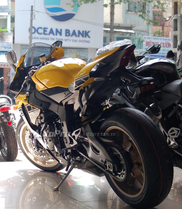 Hiện chưa rõ mức giá bán dành cho 3 chiếc Yamaha YZF-R1 phiên bản đặc biệt này, tuy nhiên, tại thị trường nước ngoài Yamaha R1 phiên bản đặc biệt có giá 16.990 USD, trong khi đó mức giá cho phiên bản tiêu chuẩn là 16.490 USD tức đắt hơn 500 USD, tương đương 11 triệu đồng.
