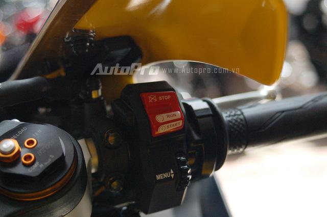 Mỗi xi-lanh có 2 kim phun nhiên liệu khác nhau. Yamaha R1 2015 còn có thanh truyền bằng titan, nhẹ hơn khoảng 60% so với loại làm từ thép.