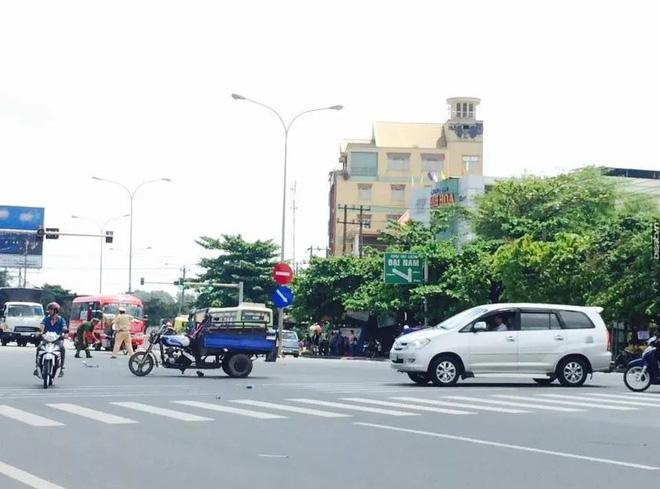 Chiếc xe ba gác bị ô tô đâm vào khi đang sang đường.