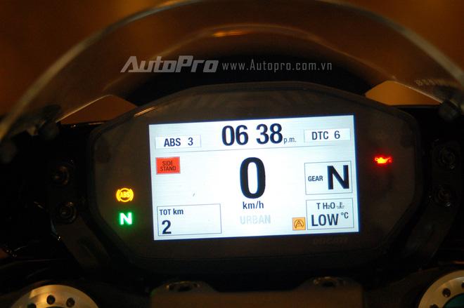 Những điểm nhấn về trang bị khác của Ducati Monster 1200 R bao gồm màn hình màu TFT trên bảng đồng hồ đảm nhận nhiều thông số cũng như kết nối quan trọng của xe.