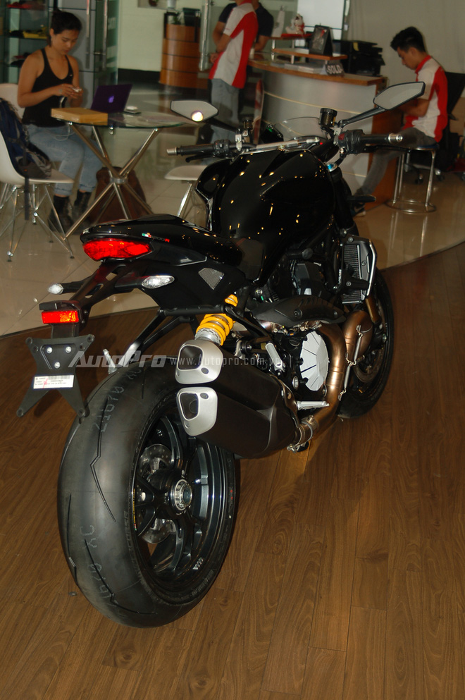 Khác với màu sắc đỏ tươi quen thuộc của những chú tuấn mã Monster tại thị trường Việt Nam, chiếc nakedbike mạnh mẽ này mang ngoại thất đen bóng toàn thân.