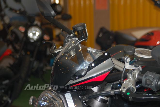 So với các phiên bản Monster khác, bản R có sự phá cách khi trang bị kính chắn gió phía trước đầu xe. Đây cũng là thay đổi hiếm hoi trên chiếc nakedbike mạnh mẽ.