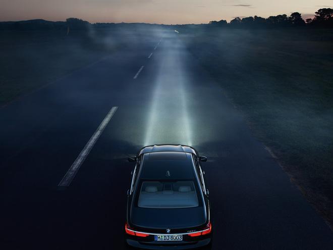 Đèn chiếu sáng phía trước giúp lái xe quan sát được tình trạng giao thông.