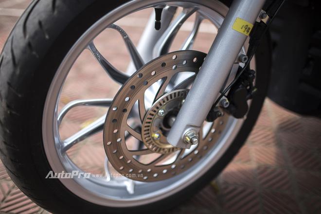 Piaggio Medley ABS được trang bị phanh đĩa tích hợp hệ thống chống bó cứng phanh ABS.