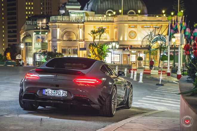 Phía đuôi xe nổi bật với cánh lướt gió cỡ lớn, thay cho bộ la-zăng đa chấu trên Mercedes AMG GTS nguyên bản, bản độ của Prior Design được trang bị vành Vossen 10 chấu kép thể thao đi kèm là cùm phanh màu đỏ bắt mắt.