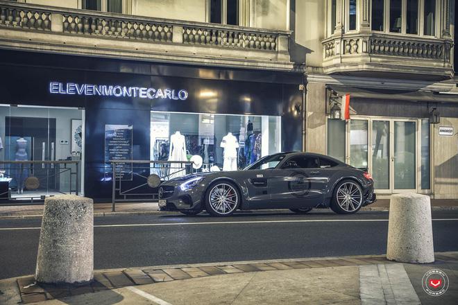 Để tạo dáng trên các con phố tại quốc gia Châu Âu cổ kính, bộ áo màu xám bóng càng tôn lên vẻ đẹp ấn tượng của phiên bản Mercedes AMG GTS Prior Design.
