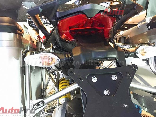 Đền hậu cũng được trang bị công nghệ LED. Xe được tích hợp động cơ Testastretta DVT (Desmodromic Variable Timing) cho công suất cực đại 160 mã lực, mô men xoắn tối đa 136Nm.