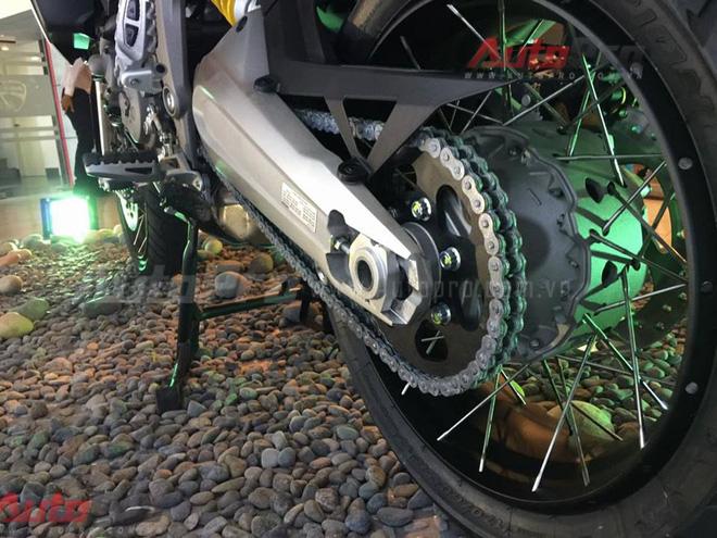 Hệ thống treo điện tử bán chủ động Sachs (cả trước và sau) đi kèm bình xăng dung tích lên đến 30 lít. Lượng nhiên liệu lớn sẽ giúp các biker di chuyển trên đường dài mà không cần tiếp liệu.
