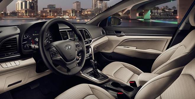 Nội thất bên trong Hyundai Elantra 2016.