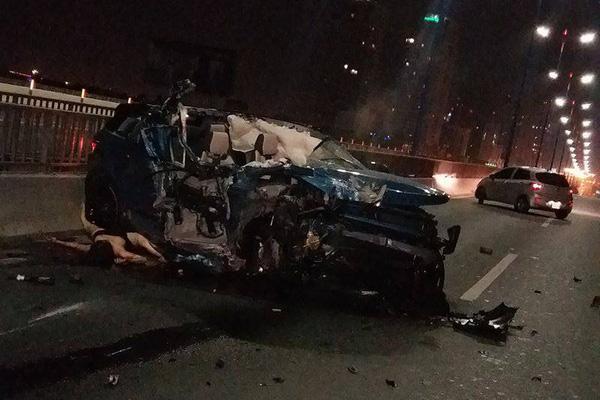 Range Rover Evoque đụng Container nát bét 1 người tử vong tại Cầu Sài Gòn