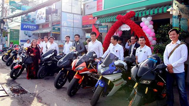 Dàn mô tô tụ họp trước nhà chú rể Lê Phi Hào ở quận 7.
