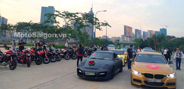 Chiếc Porsche 911 Carrera S màu đen nhám quen thuộc của Thu Thủy làm xe dâu.