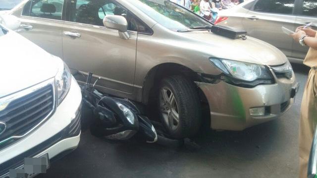 Chiếc Honda Civic chèn lên xe máy Yamaha Nouvo.