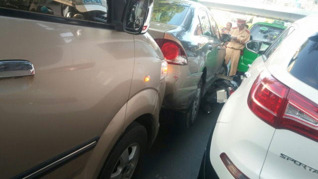 Chiếc Honda Civic tiếp tục va chạm với 3 ô tô khác. Ảnh: Nguyễn Tùng Lâm/Otofun